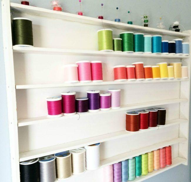 Nähzimmer Einrichten nähzimmer einrichten idee regal garnrollen farben regenbogen
