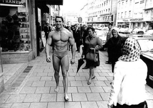 Un día de noviembre Arnold Schwarzenegger caminando por el centro de Munich en ropa interior promoviendo el fisicoculturismo y atrayendo a la gente al gimnasio, 1967.