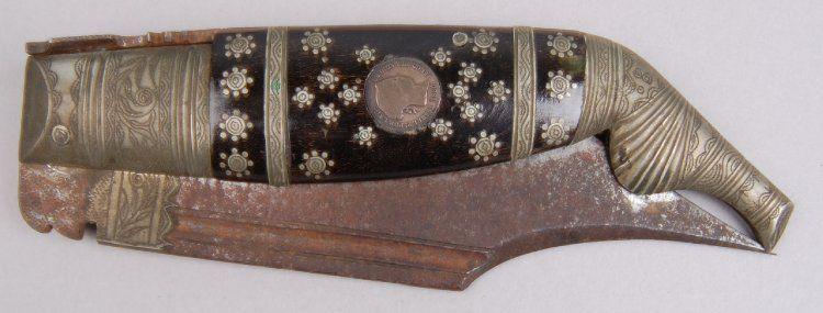 Navaja sevillana. Siglo XIX, finales. Tiene sendas monedas de Isabel II incrustadas en las cachas. British Museum Inv. nº Af1948,19.1