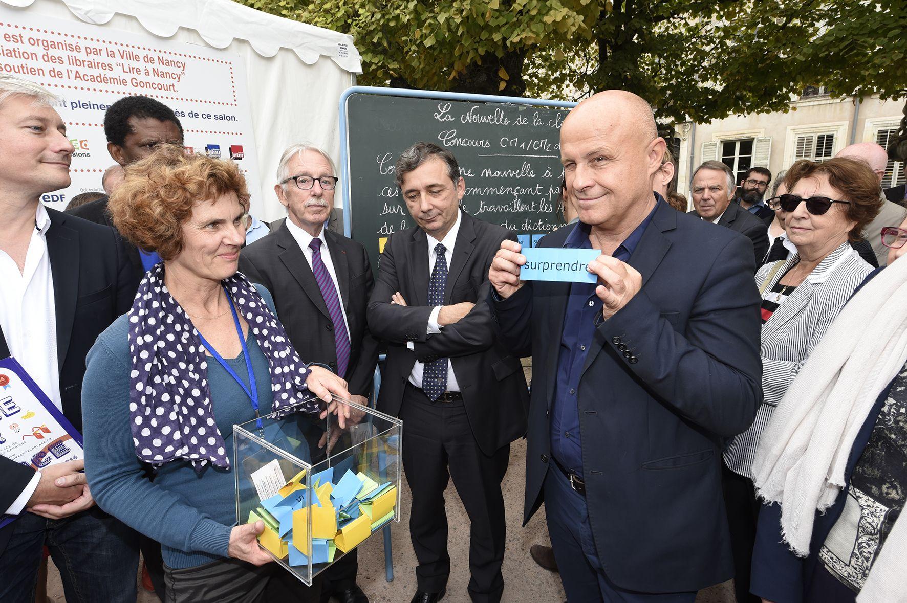 Dany Laferrière et Olivier Poivre d'Arvor tirent les mots du concours de la Nouvelle de la Classe. 36e édition du Livre sur la Place, 2014.