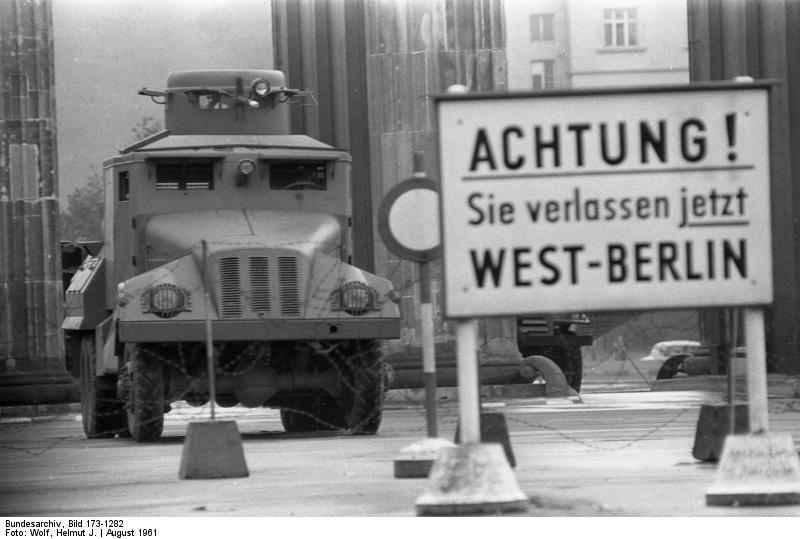 August 1961 Ost Berliner Wasserwerfer Am Brandenburger Tor Berliner Mauer Bau Der Berliner Mauer Berlin