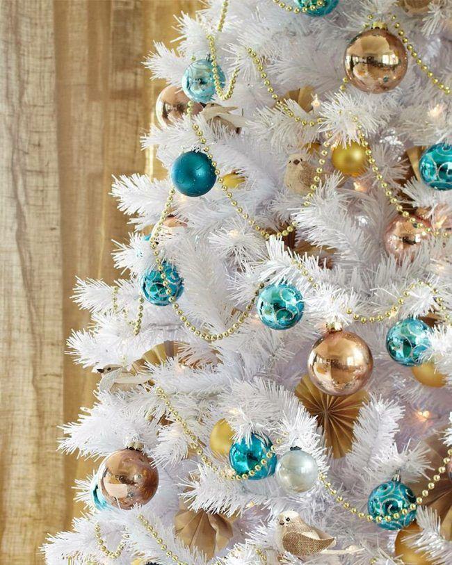 wei e deko ideen weihnachtsbaum schnee kugeln tuerkis gold. Black Bedroom Furniture Sets. Home Design Ideas