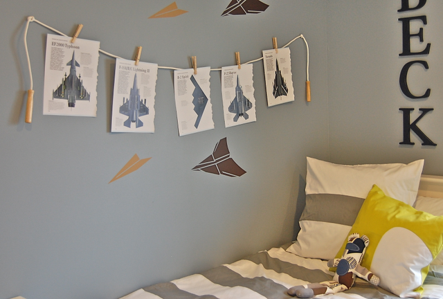 What a cute idea in a kids room to hang their art work......use a jump rope & clothes pins!!