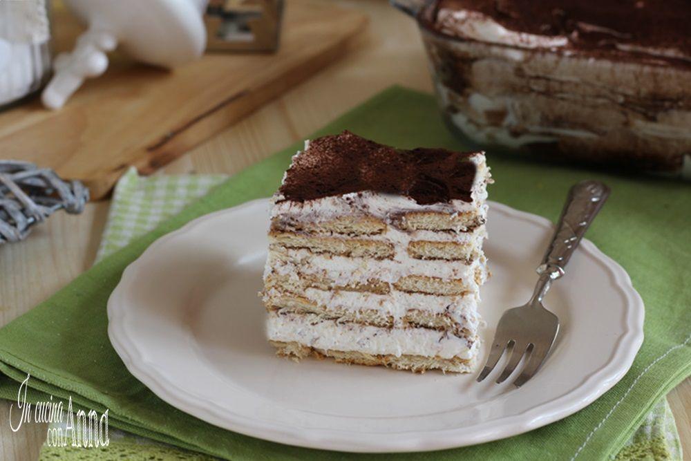 Naked cake con crema e frutti di bosco