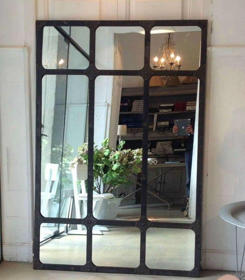 Espejo de estilo industrial con marco metálico en acabado negro ...
