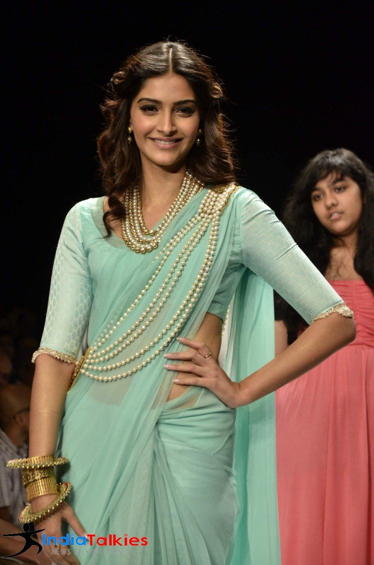 She looks so gorgeous i love this color and this sari sonam kapoor