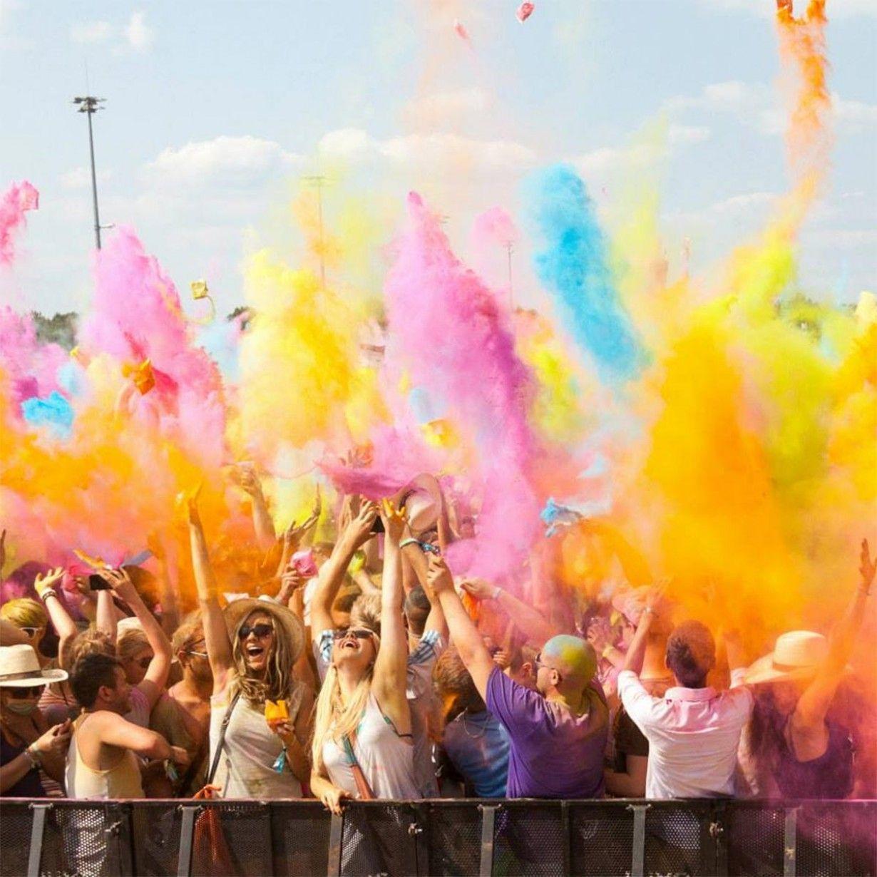 Come nell'Holy Festival indiano coinvolgi tutti in un'esplosione di colore e di gioia...l'effetto delle polveri in aria sarà magico e poi, tutti in piscina! Polveri colorate su Troppotogo  -cosmopolitan.it
