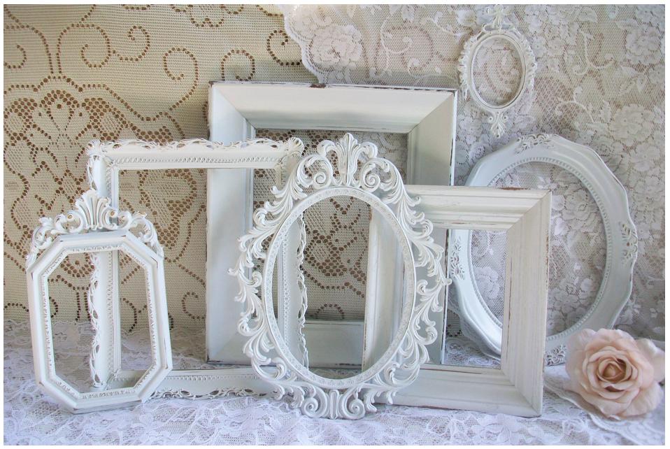 Gebruik wit kant, brocante lijsten en zachte bloemen als decoratie ...