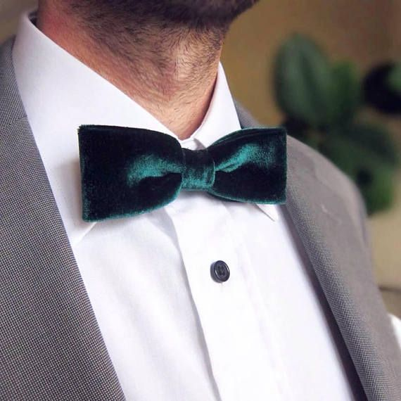 f5003181977f Make your wedding a special event with this exquisite detail! Skinny Bow Tie  / Dark Green Velvet Bow Tie / Slim Bow Tie / #green #bowtie #menstyle  #wedding ...