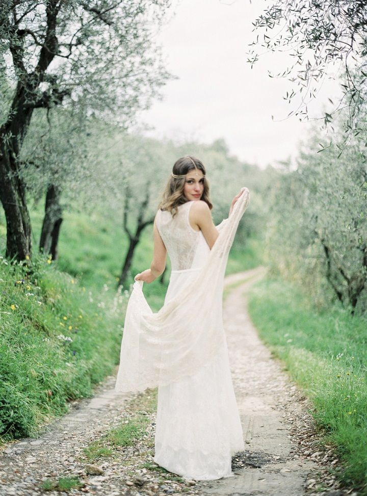 Lace wedding dress | Tuscan wedding theme | fabmood.com #weddingdress #tuscanywedding #wedding