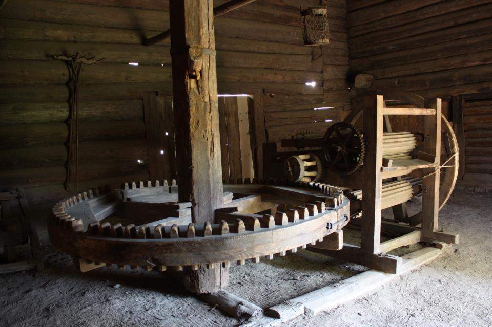 Antiga máquina para processamento de linho