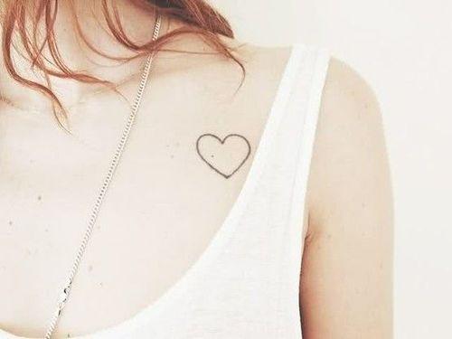 Pequeño Tatuaje De Un Corazón Cerca Del Pecho Tatuajes De