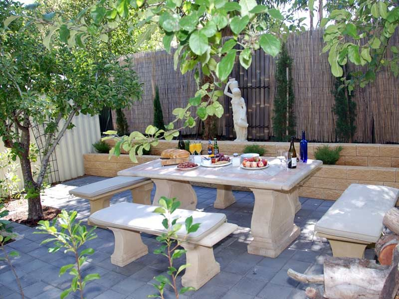 Garden sitting area round outdoor seating area multidao for Garden seating areas