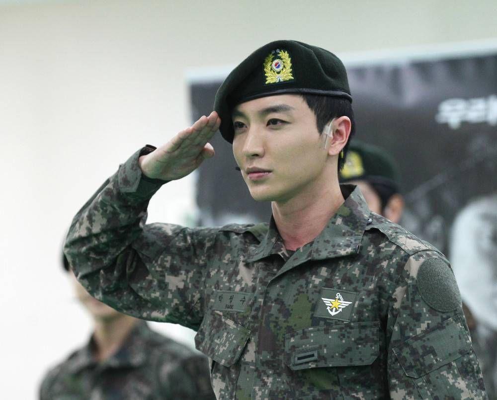 Super Junior S Leeteuk Is Officially Discharged From Military Service Super Junior Leeteuk Eunhyuk