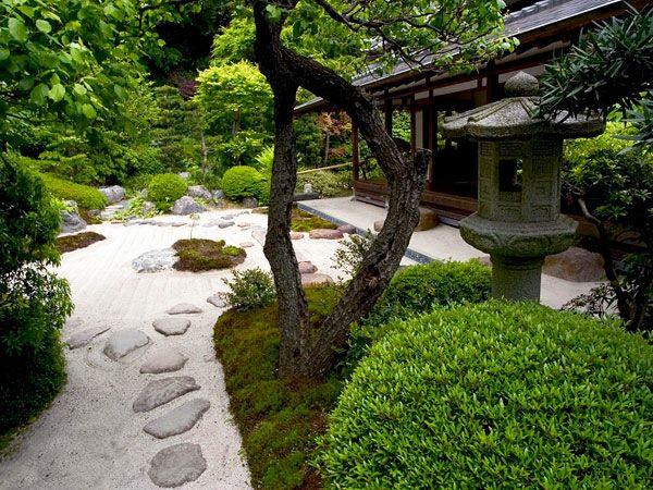 Garten Neu Gestalten   Steine Bäume Skulptue Erholungsecke Mit Einem  Hölzernem Dach