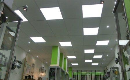 Dalles LED encastrables pour l éclairage d un salon de coiffure