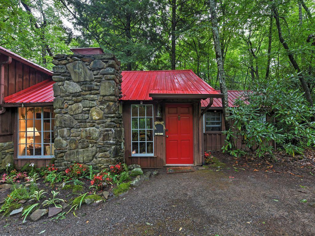 Serene Creekside Cottage Near Asheville w/Fire Pit