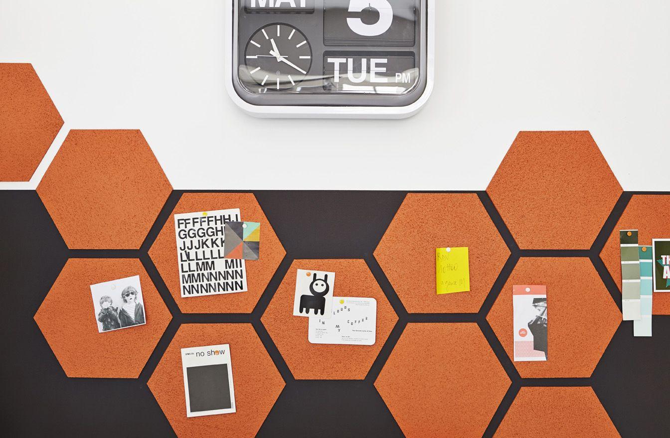 une forme hexagonale d coup e dans une plaque de li ge fait office de pense b te ideedeco. Black Bedroom Furniture Sets. Home Design Ideas