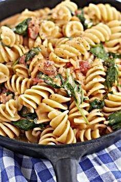 Photo of Alle lieben Pasta – und vor allem cremige Spinat-Tomaten Nudeln | tastesheriff
