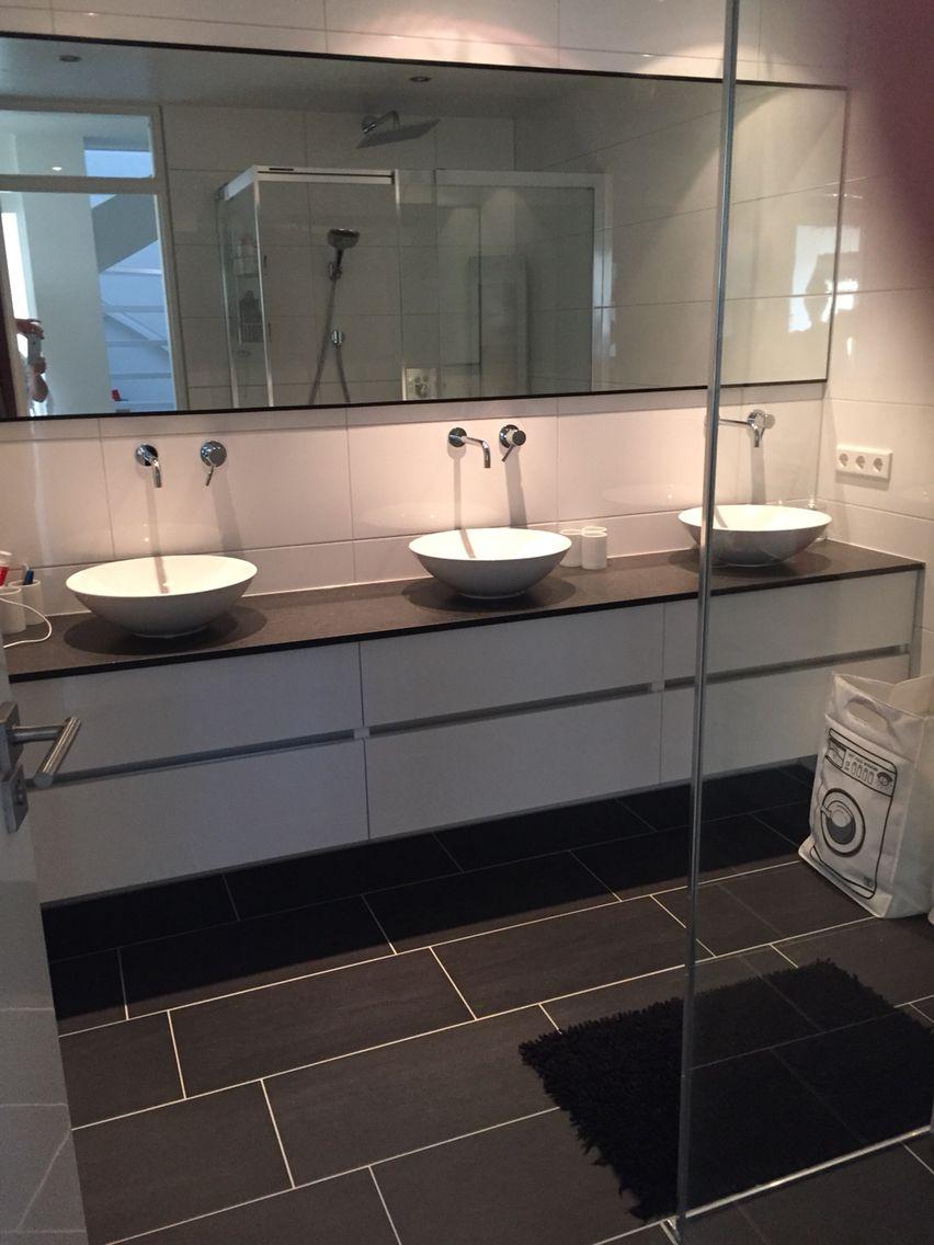 Thebalux badkamer meubel van muur tot muur met maatwerk spiegel ...