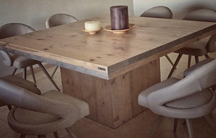 Mesa grande de pino de Flandes, con sobre de 9cm de grossor y pie cuadrado en centro.