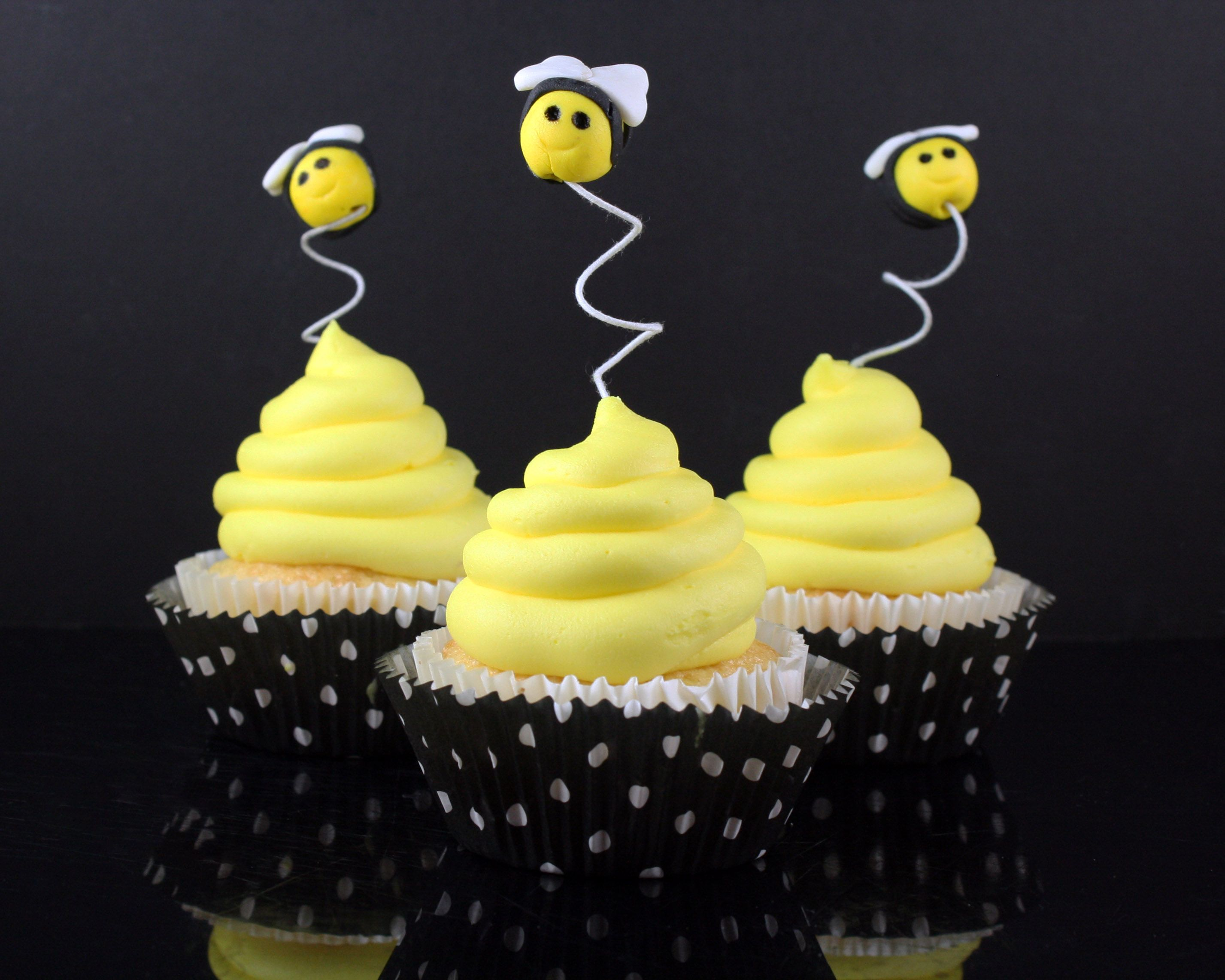 CakeJournal.com Post:  How to Make Bee Cupcake Toppers