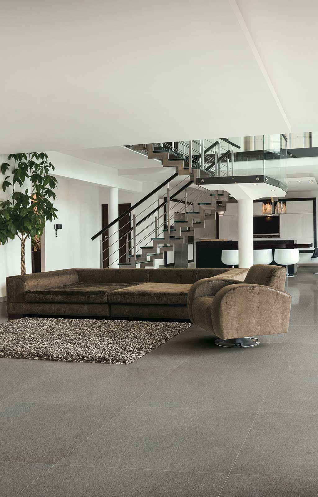Carrelage Floor Gres Airtech Tons Gris Salon Livingroom Canape Fauteuil Effet Vieux Cuir Marron Escalier Design Tapis Cu Tile Design House Styles Architecture