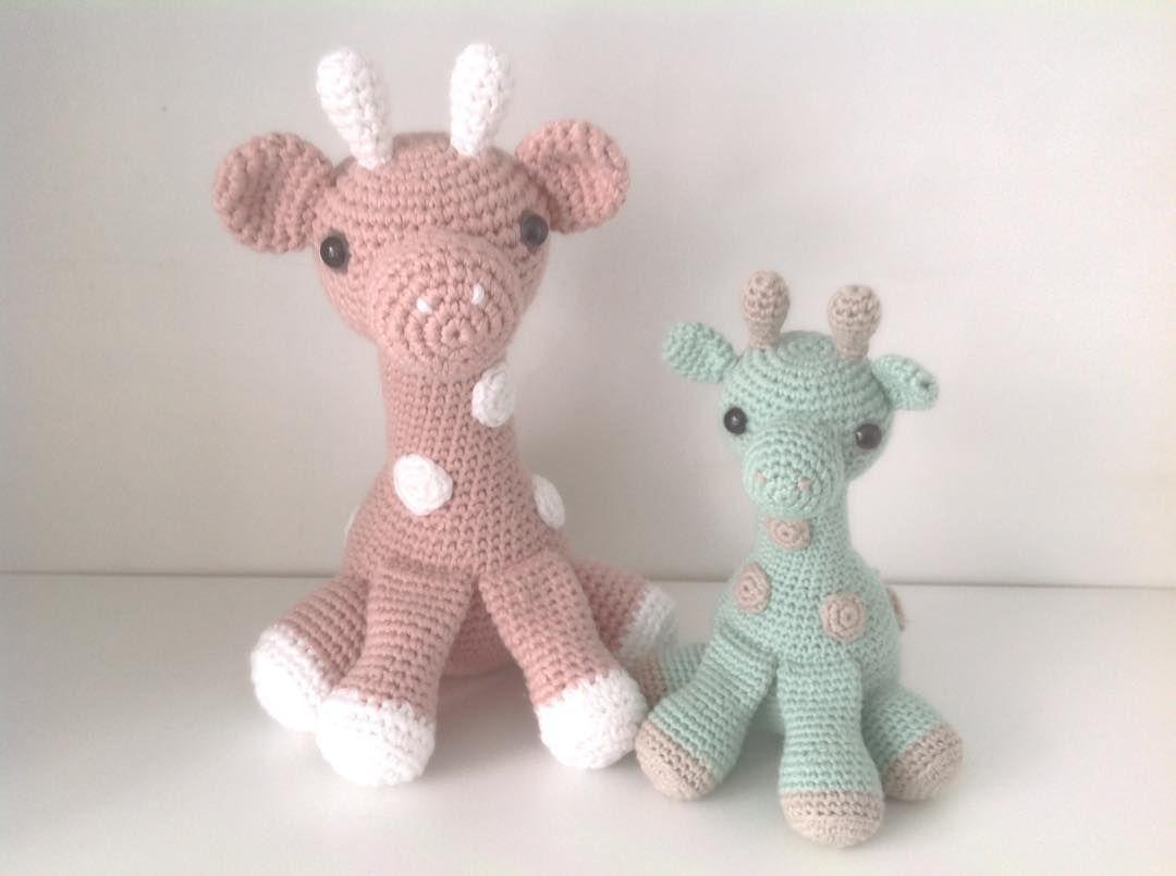 Mor og barn Samme opskrift men den store hæklet i dobbelt bomuldsgarn. #hæklet #hækle #hækling #haekle #crochet #amigurumi #babygiraffe #krammedyr #giraf #giraffe #baby by mormorshaekleliv