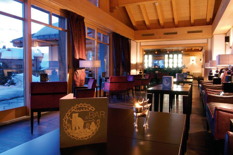 L'hôtel Chalet RoyAlp & Spa  Le BeAR's Bar vous accueille dans une ambiance décontractée et musicale où une sélection d'encas salés & sucrés vous sera proposée tout au long de la journée. De 15h30 à 23h00 une sélection de mets revisitée accompagnera votre soirée et vos cocktails préférés.