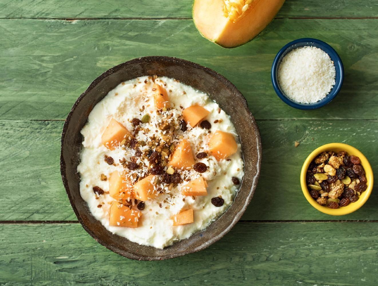 Halfvolle kwark met cantaloupe, muesli en kokos  Recept | HelloFresh