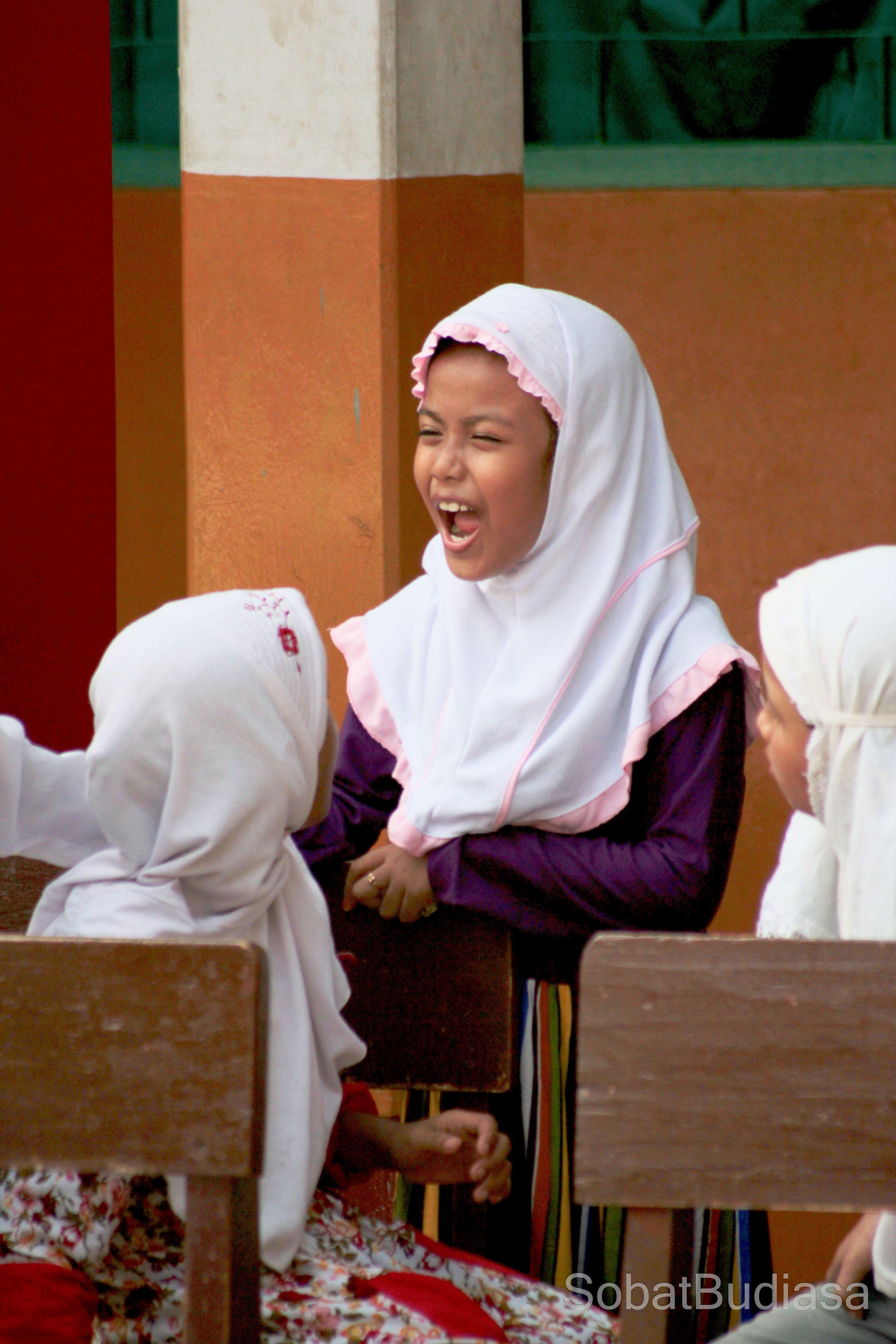 Tertawa Lepas Bersama Sahabat Selau Riang Dan Gembira Begitulah