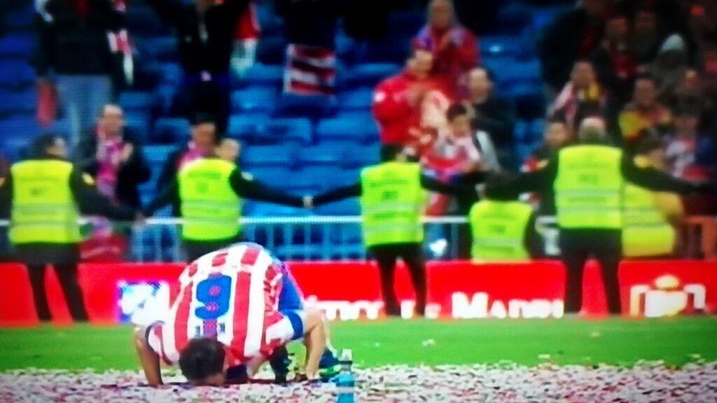Resultado de imagen de koke  besando la bandera  final de copa del rey