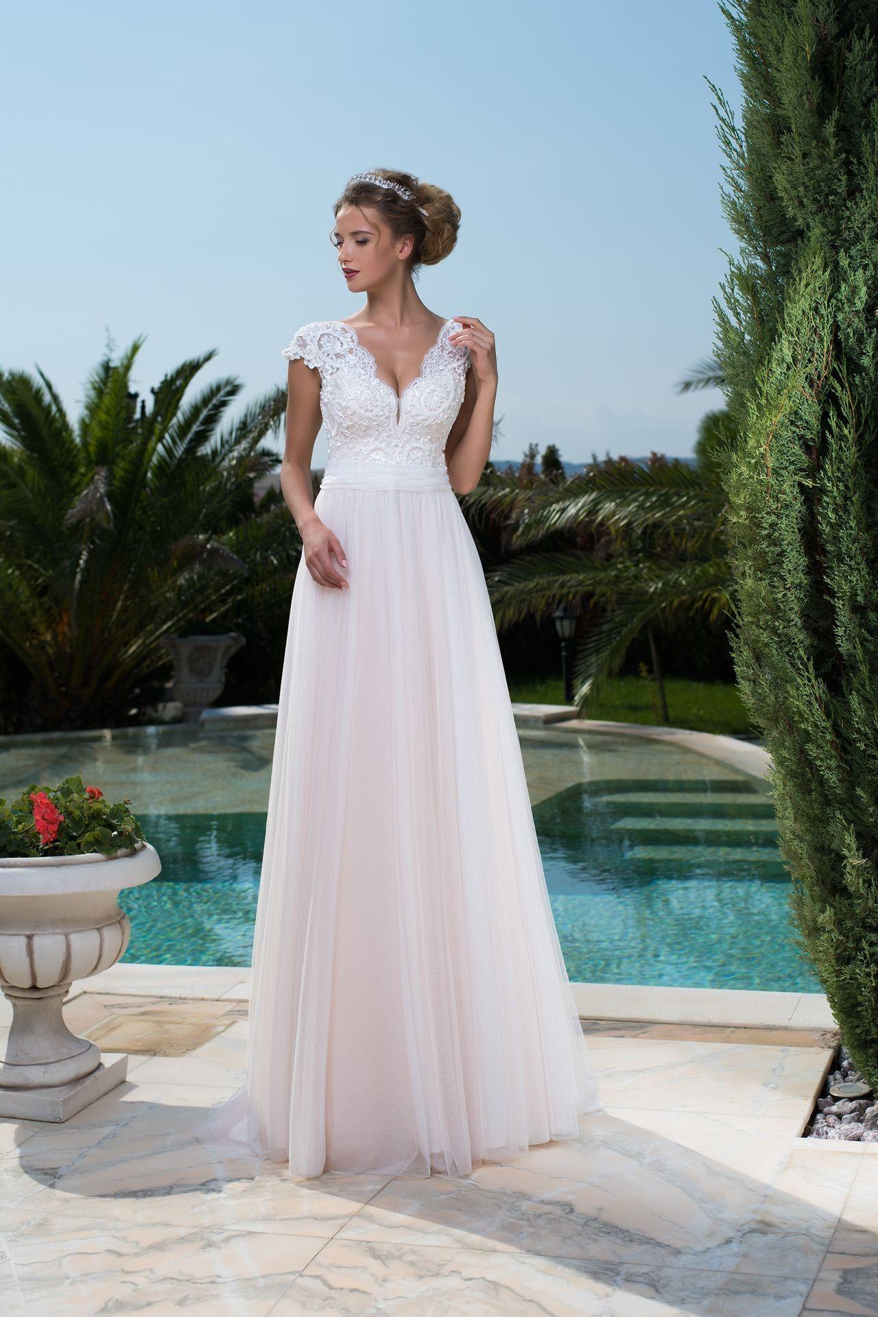 03641904b Jednoduché svadobné šaty s jemnou padavou sukňou a čipkovaným vrškom ...