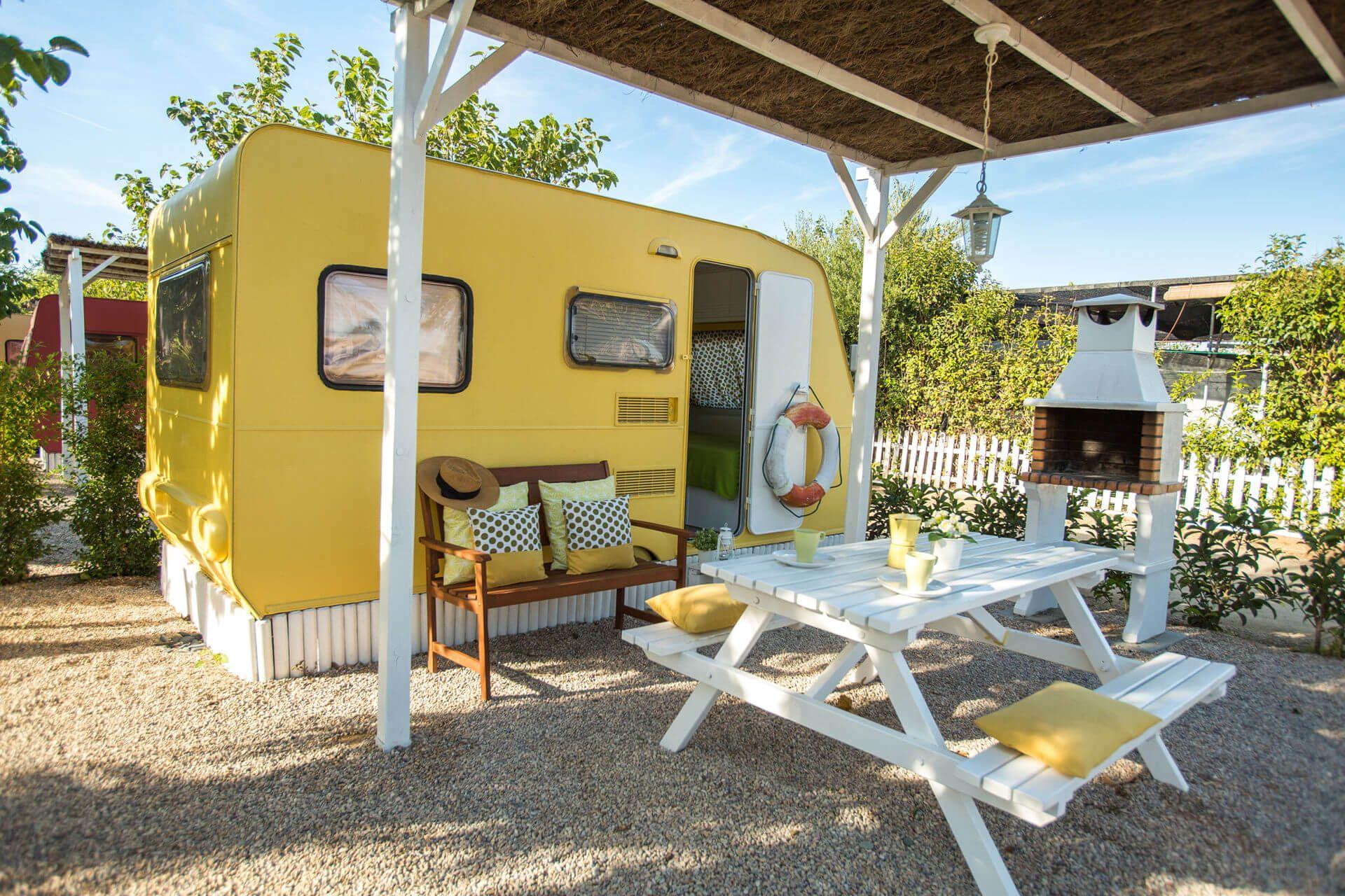 Caravana Amarillo Vainilla | Camping Miramar