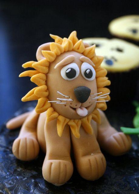 Friendly fondant lion