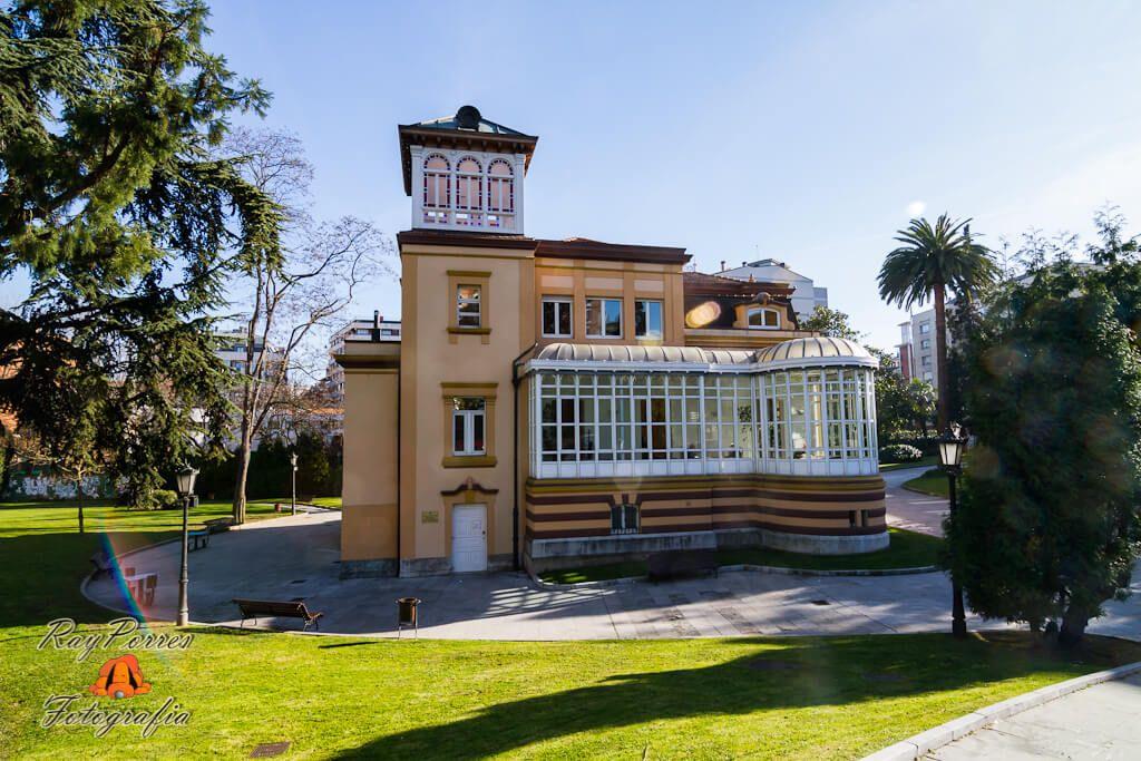 Villa Magdalena es un palacete de estilo afrancesado, rodeado de jardines, situado en el centro de Oviedo.