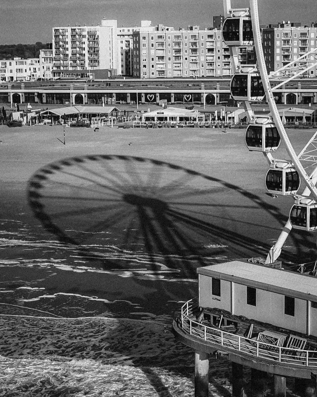 A day at den Haag.  #denhaag #beach #beachvibes #beachlife #lifeisbetteratthebeach #bw #print #printsforsale #sea #ferriswheel #photography #photographers #photoediting #photographylovers #streetphotography #streetsineurope #streetclassics #specialsgallery #forevermagazine #classicsmagazine