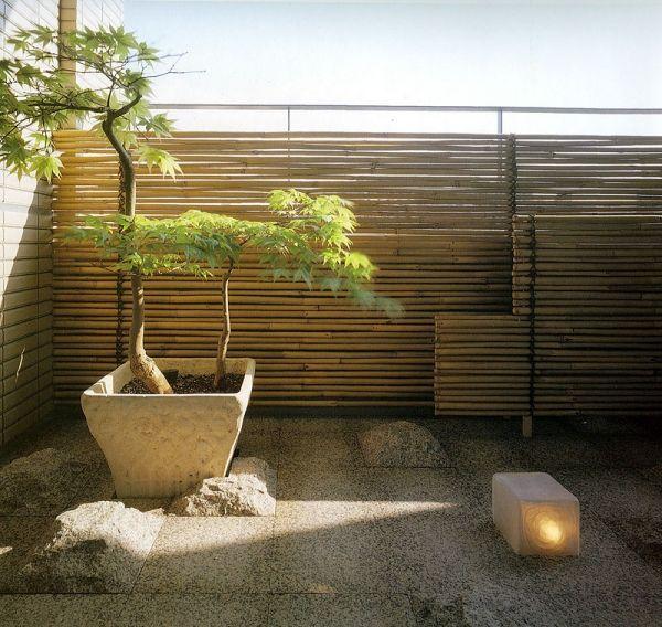 Sichtschutz Fur Den Balkon Bambusstaben Steinfliesen Japanischer