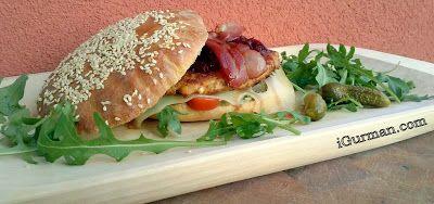 """KURACÍ HAMBURGER S DOMÁCIMI HAMBURGEROVÝ ŽEMĽAMI  Grilovacia sezóna sa nezadržateľne blíži. Takže nejaké """"Recepty na gril"""" by sa hodili. A čo väčšinou grilujeme na záhrade? Hamburger! Hotové mäso na grilovanie si môžeme samozrejme kúpiť aj v obchode, ale nie je nad to spraviť si domáci hamburger."""