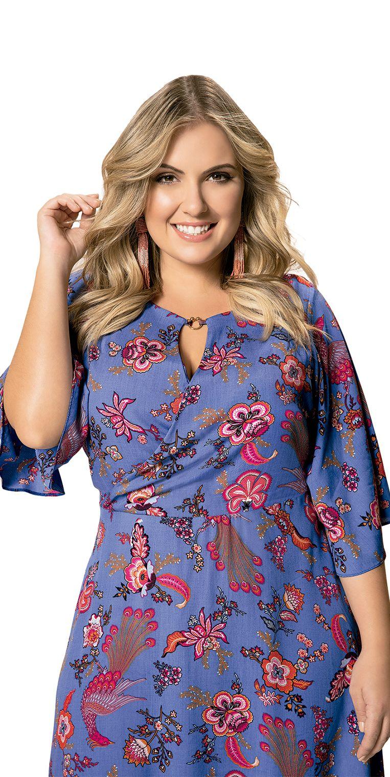 a5fbb6af5 ... Moda Plus Size. Vestido em Viscose Floral Azul Manga 3 4 é super  charmoso e queridinho dessa estação