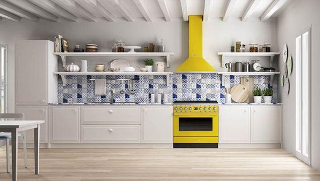 Geel De Keuken : Witte keuken met smeg fornuis portofino in de kleur geel. de
