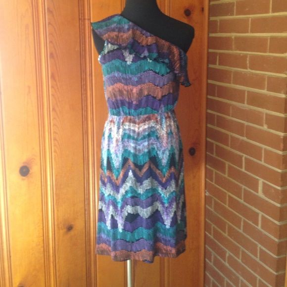One Shoulder Dress Super fun printed dress. One shoulder with ruffle gathers at waist to show shape. Dresses One Shoulder