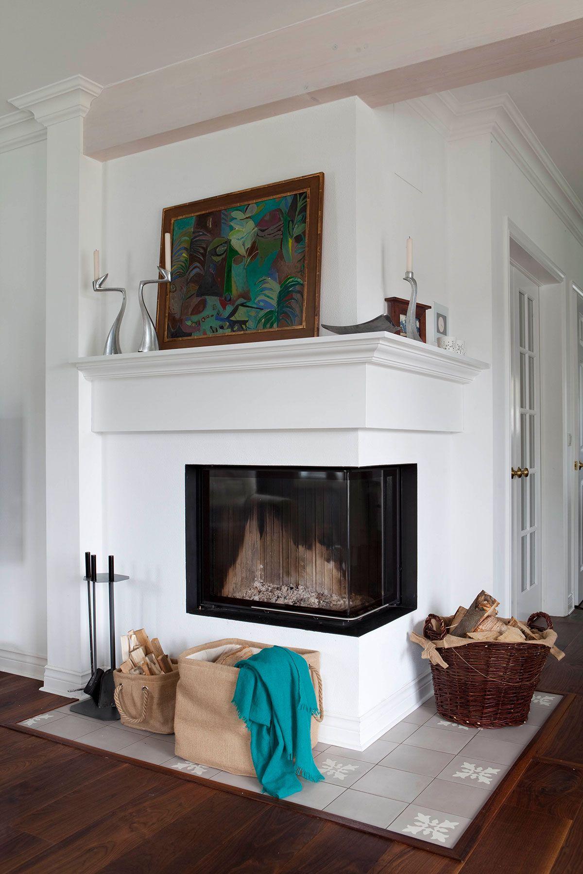 kamin mit glas zu zwei seiten und klassischer verkleidung. Black Bedroom Furniture Sets. Home Design Ideas