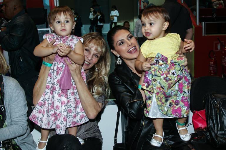 Natália Guimarães com as gêmeas, Maya e Kiara