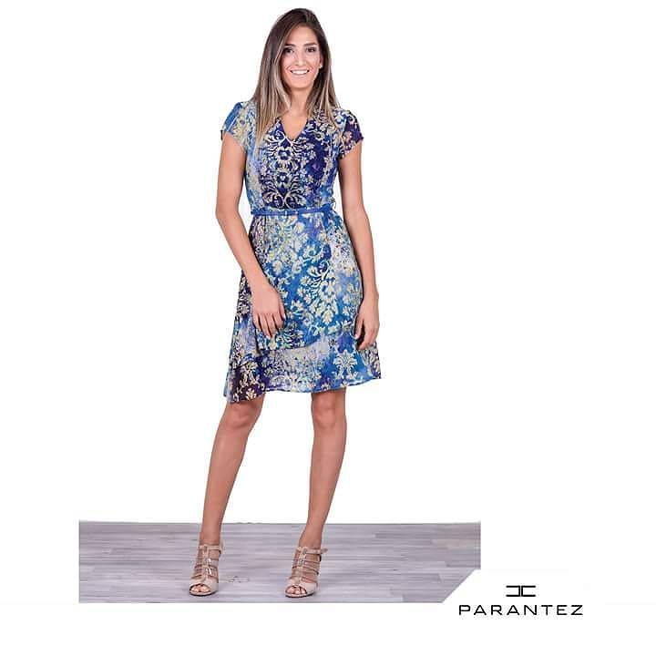 0ee888918e311 Baştan aşağı modern etki yaratan İki kat kloş elbise... #parantezgiyim