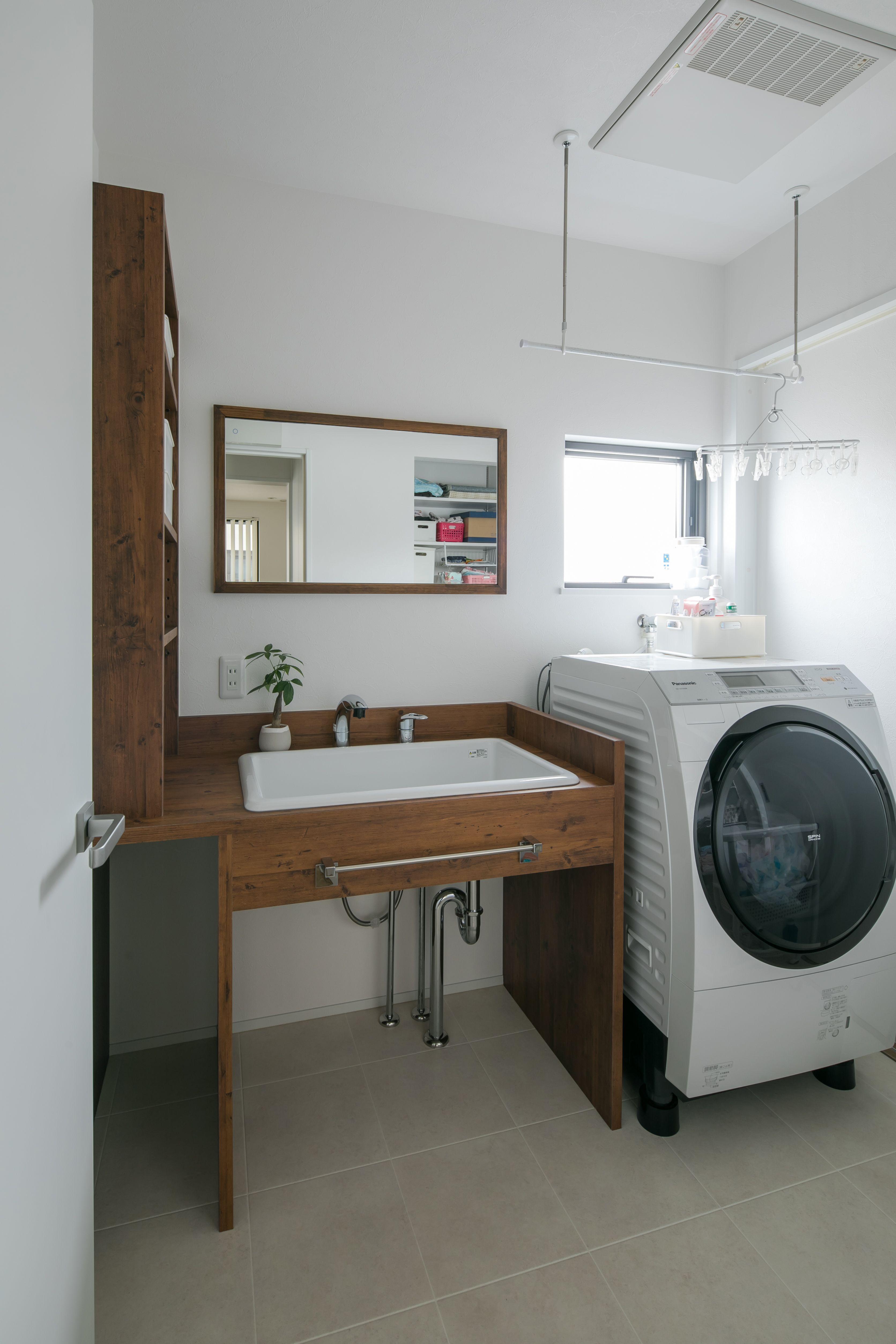 洗面脱衣室 窓と鏡が同じ高さ バスルーム おしゃれ 洗面所 リフォーム バスルームのレイアウト