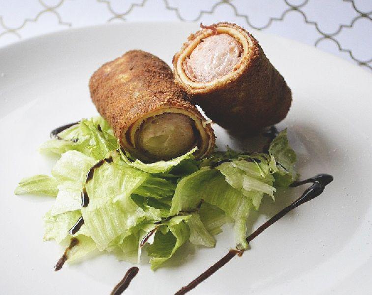 Eine tolle alternative zum Hot Dog ist das Rezept Palatschinken DOG. Aus Palatschinken- Crêpeteig, Würstchen und Ketchup.