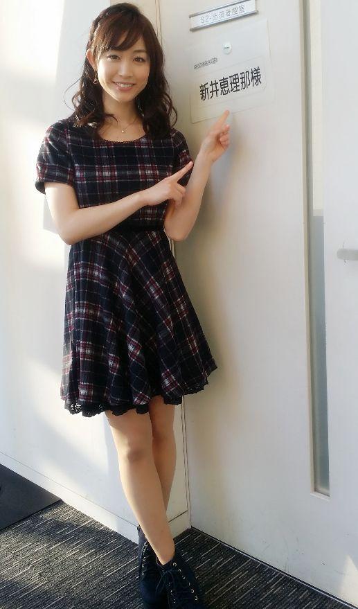 黒チェックのワンピースを着る新井恵理那