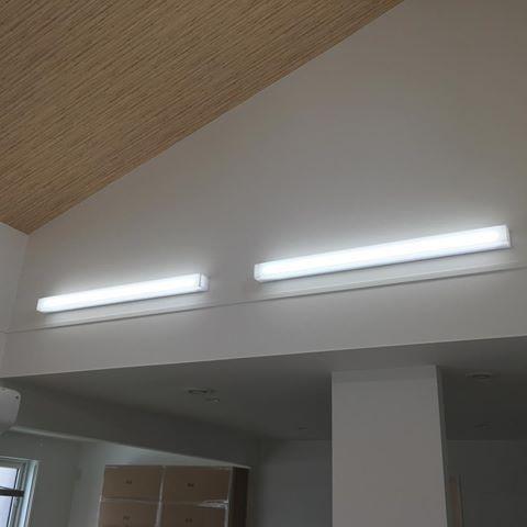 リビングの照明 勾配天井を木目のクロスにしたから その部分には