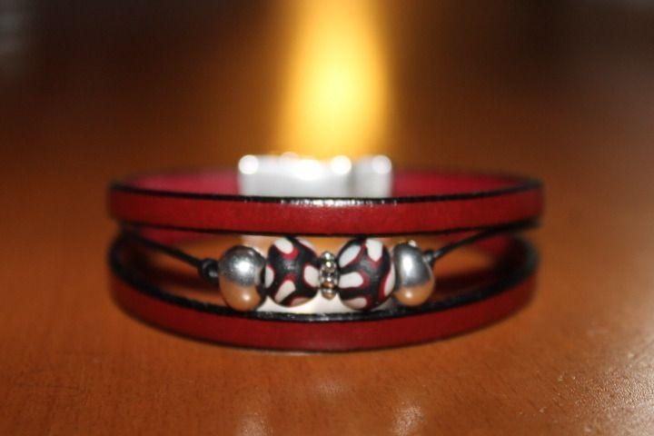 NOUVEAUTE bracelet en cuir bordeaux ,perles fermoir aimanté : Bracelet par isabond007